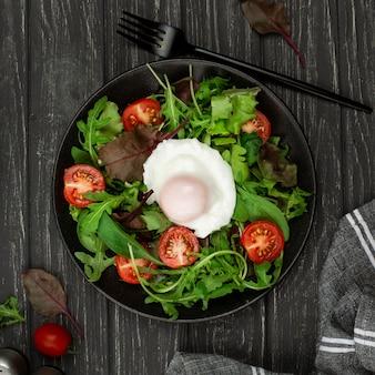 Salade vue de dessus avec oeuf au plat