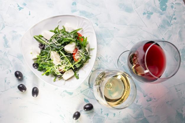 Salade vue de dessus avec seigle et fromage et vin, olives