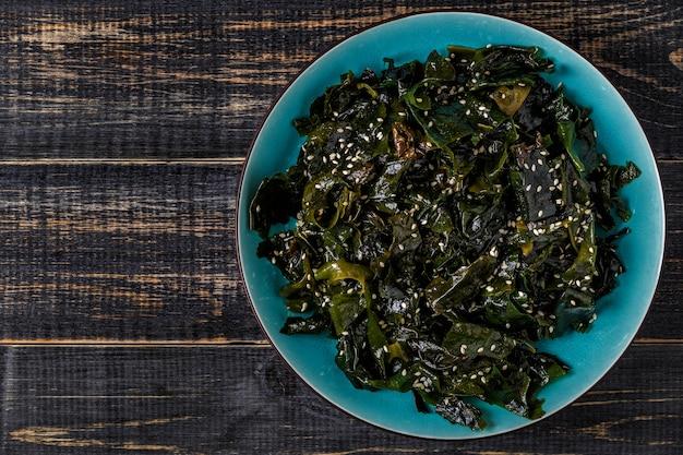 Salade wakame, algues crues, cuisine japonaise.