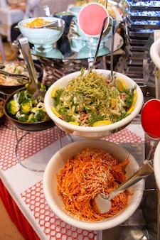 Salades épicées du café sur la table du buffet