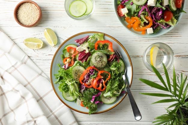 Salades fraîches aux épices sur bois rustique