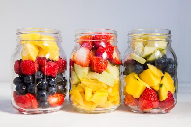 Salades de fruits et baies dans des bocaux