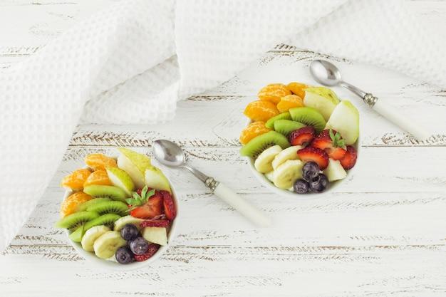 Salades de fruits savoureux vue de dessus