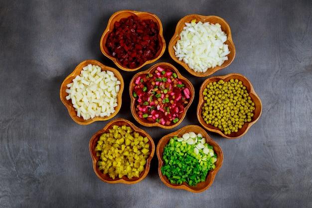Salades de légumes frais et cuits, oignons, pommes de terre, pois sucrés, betteraves.