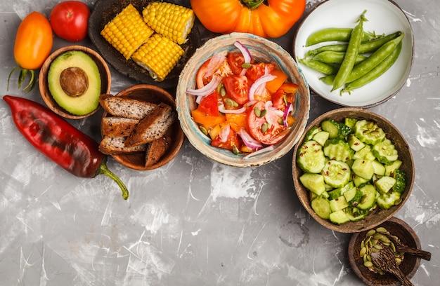 Salades de légumes, vue de dessus, concept de cuisine végétalienne.