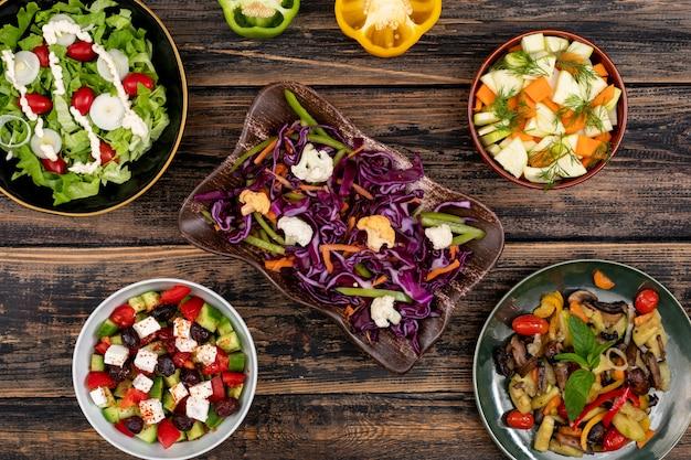 Salades végétaliennes chou carottes champignon fromage oignon poivre vue de dessus concept