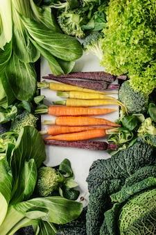 Salades vertes, chou, légumes colorés