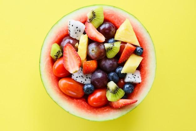 Saladier aux fruits servi dans une nourriture saine de légumes pastèque.