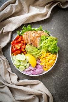 Saladier sain avec poitrine de poulet