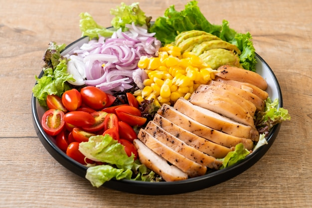 Saladier sain avec une poitrine de poulet