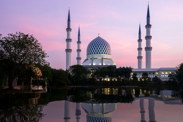 Salahuddin abdul aziz shah mosquée au lever du soleil situé à shah alam, selangor, malaisie.