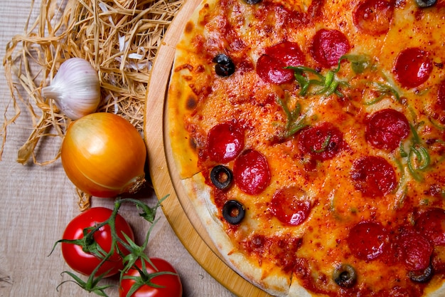 Salami pizza olives fromage poivre vue de dessus