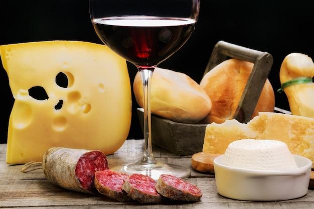 Salami, produits laitiers et vin rouge