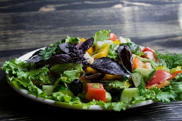 Salami, salade de jambon et fromage en tranches et légumes.