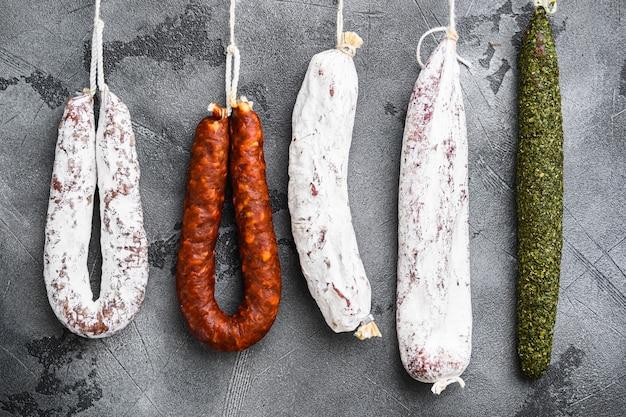 Salami sec espagnol d'un rack au marché
