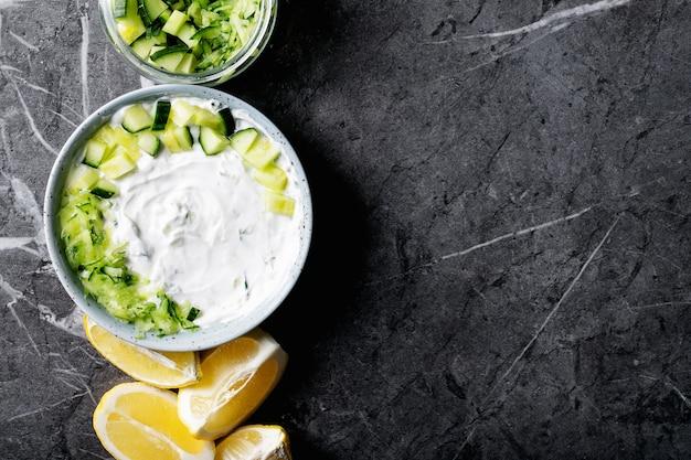 Salat de tzatziki dans un bol en céramique