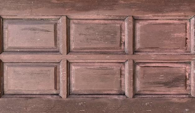 Sale vieux fond de mur porte fenêtre en bois brun.