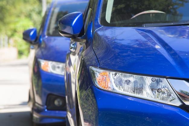 Sale voiture bleue garée à l'extérieur.