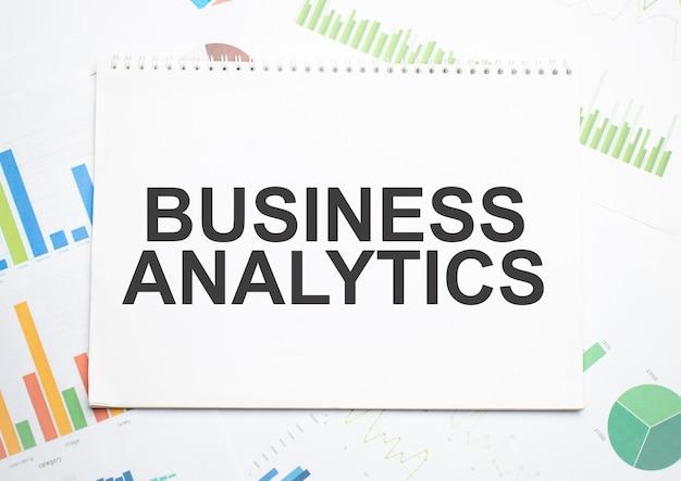 Sales analytics, une étiquette de texte dans le bloc-notes de planification et un graphique de statistiques. analyse de marché, stratégie commerciale réussie.