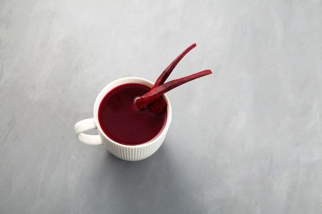 Salgam ou jus de betterave fermenté dans une tasse boisson turque boisson traditionnelle à base de carotte violette