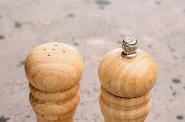 Salière et poivrière en bois. assaisonner le sel et le poivre sur la table.