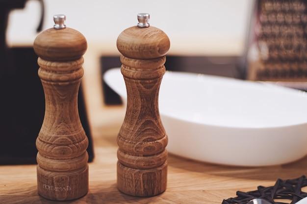 Salière et poivrière en bois dans la cuisine, produit écologique et idée de décoration intérieure