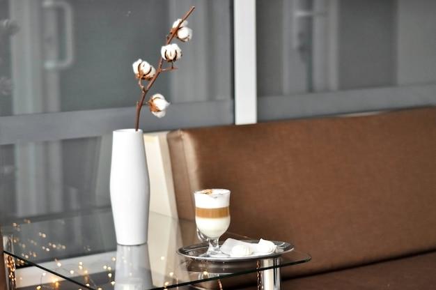 Salle d'attente. espace de réception confortable pour les clients, bar du hall. une tasse de café sur la table près du canapé. espace d'attente de bureau