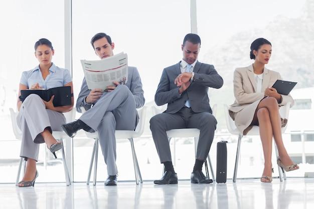 Salle d'attente avec des gens d'affaires