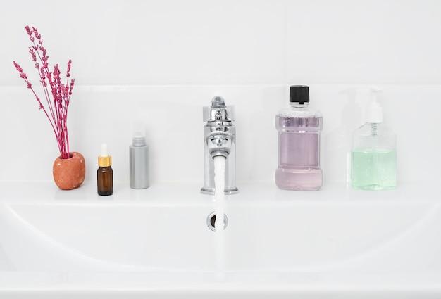 Salle de bain avec articles d'hygiène personnelle