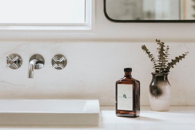 Salle de bain au design épuré tout simplement lumineux