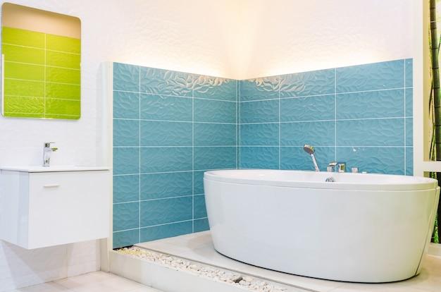 Salle de bain blanche et en bois avec une baignoire blanche, un wc et une étagère intégrée pour auto-voiture