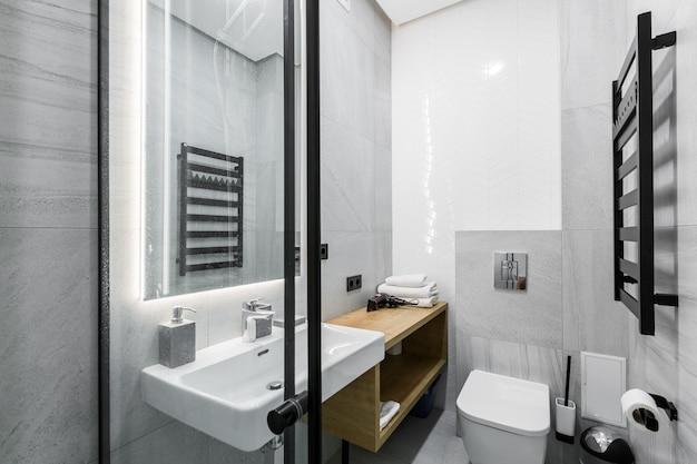 Salle de bain blanche dans un style moderne