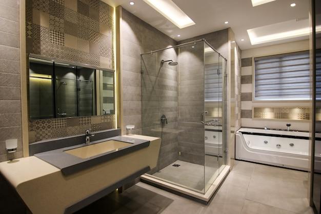 Salle de bain classique et moderne de luxe