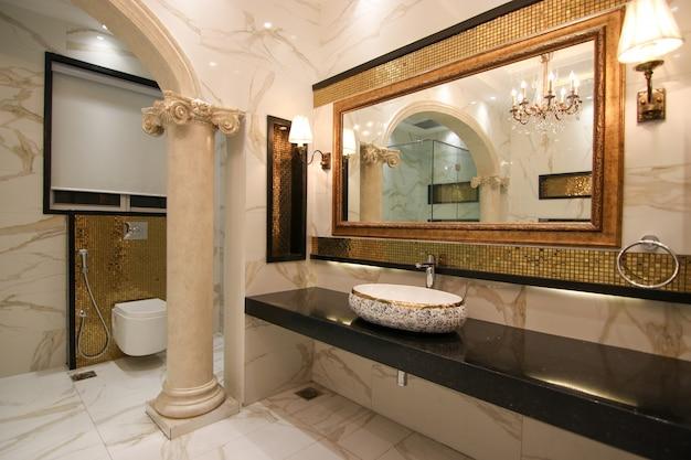 Salle de bain dorée et blanche