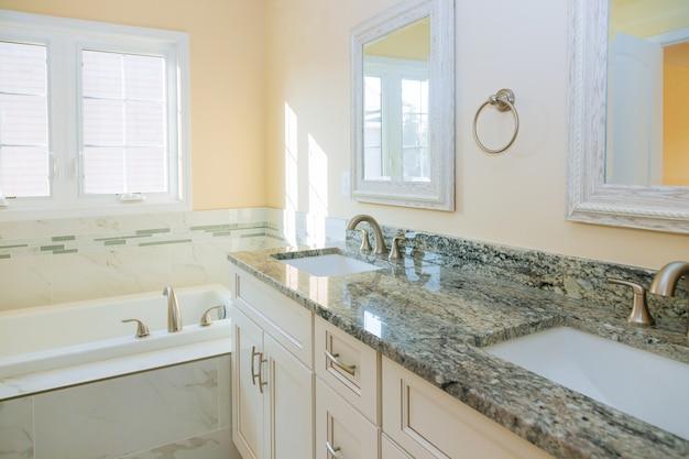 Salle de bain lumineuse avec baignoire et robinet de comptoir