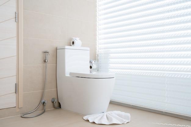 Salle de bain de luxe avec cuvette de toilette maison, maison, bâtiment