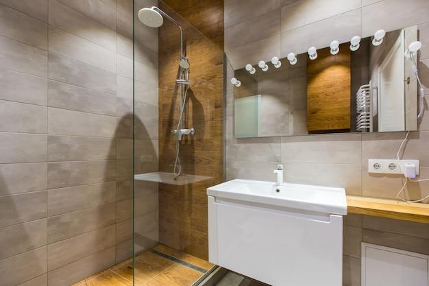 Salle de bain moderne avec douche dans un petit appartement