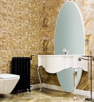 Salle de bain moderne avec mur de carreaux beige