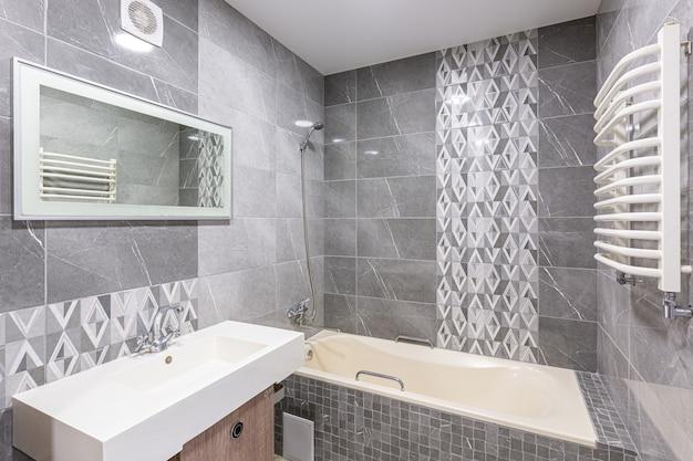 Salle de bain moderne et spacieuse de luxe blanche