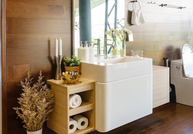 Salle de bain spacieuse moderne avec des carreaux lumineux avec wc et lavabo