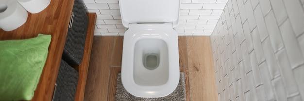 Salle de bain avec toilettes et lavabo exigences de base pour les toilettes publiques