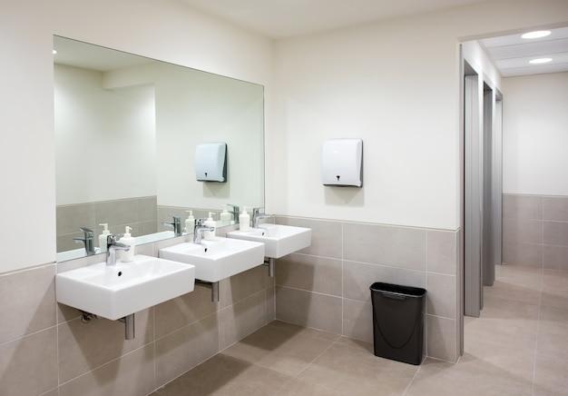 Salle de bain ou toilettes publiques avec lavabos