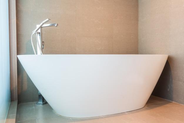 Salle de bains avec baignoire de luxe