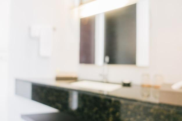 Salle de bains fuzzy avec un miroir