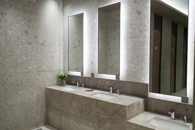 Salle de bains de luxe dans le centre commercial