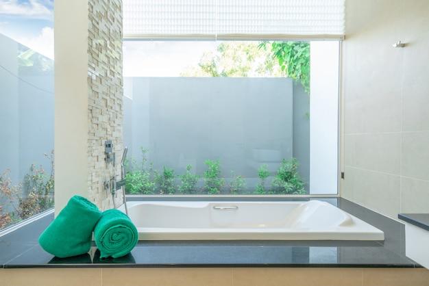Salle de bains de luxe dispose d'une baignoire maison, maison, bâtiment, hôtel, complexe