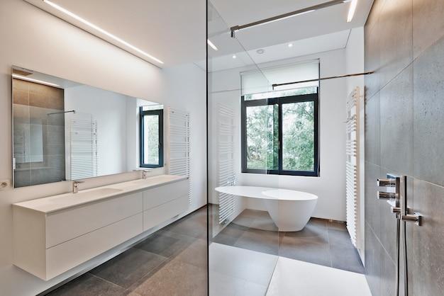 Salle de bains moderne de luxe
