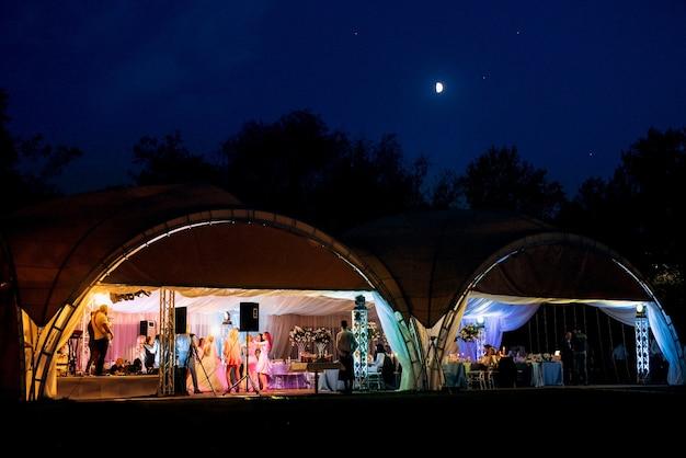 Salle de banquet de nuit pour mariages, décoration de salle de banquet