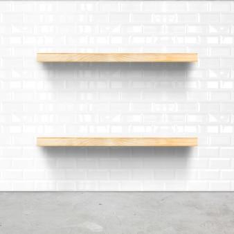 Salle de carreaux blancs et planchers de béton avec étagère en bois