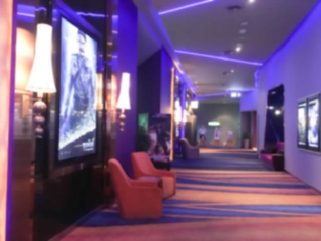 Salle de cinéma avec des fauteuils floues